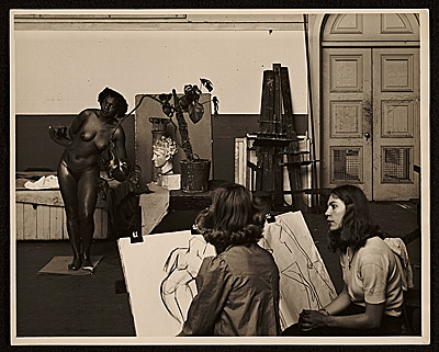 Florence Allen posing for a drawing class at the California School of Fine Arts