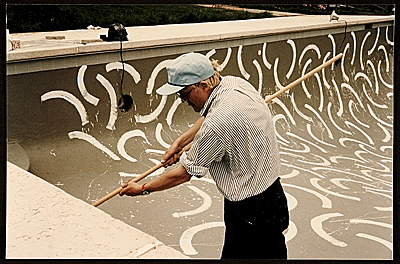 David Hockney painting the interior of André Emmerich's pool