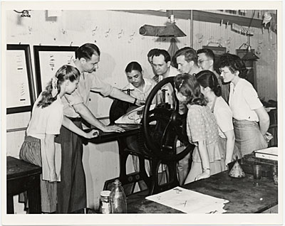 [Will Barnet and students printing at the Art Students League.]
