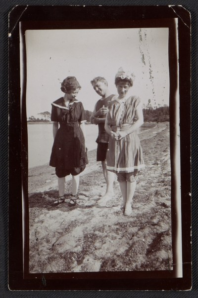 Edith Glackens, William Glackens, and Florence Scovel Shinn on the beach in Wickford, Rhode Island