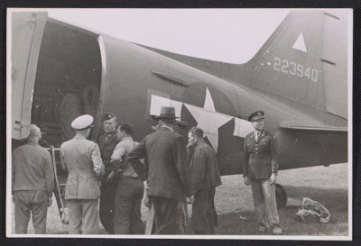 Officers standing by an army plane loaded with the Ghent Altarpiece