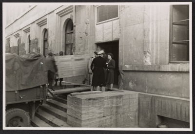 One panel of the Ghent Altarpiece being loaded onto a truck at the Munich Collecting Point
