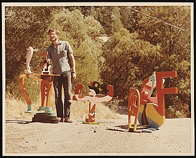 Peter Saul with his sculptures with letter to Ellen Johnson on verso.