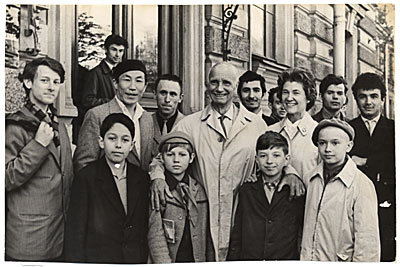 [Rockwell and Sally Kent with a group of children in Moscow]