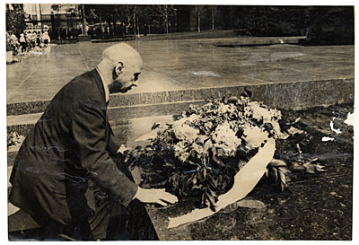 Rockwell Kent placing a wreath at Moscows Tomb of the Unknown Soldier