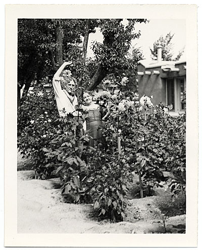 [John and Dolly Sloan posing in the garden of their Santa Fe ranch]