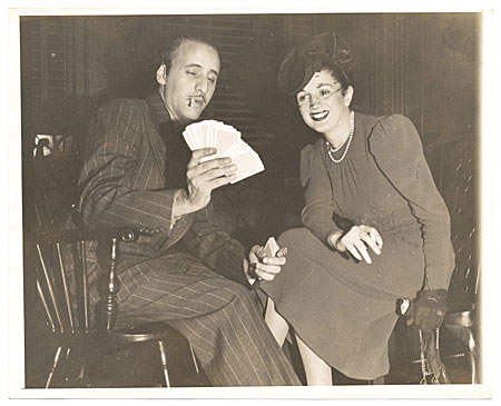 Abril Lamarque showing a deck of cards to an unidentified woman