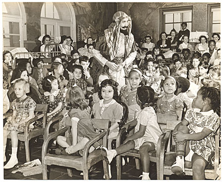 [Abril Lamarque in a skeik costume performing for children]