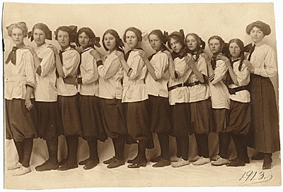 [Louise Berliawsky Nevelson with her classmates]
