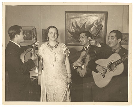 [(La Pereguina) Alma Reed serenaded by los Hermanos Hernadez (work by C. Orozco in background), NYC]