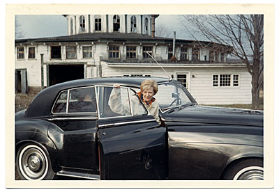 Aline Saarinen getting out of a car