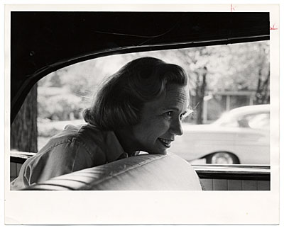 Aline Saarinen in a car