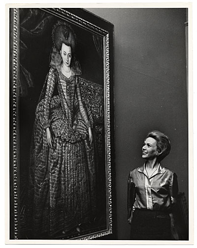 Aline Saarinen admiring a painting while on her trip to Venezuela