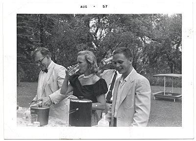 Aline and Eero Saarinen at a picnic
