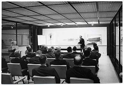 [Eero Saarinen giving a design presentation]