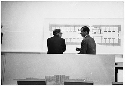 Eero Saarinen discussing a design