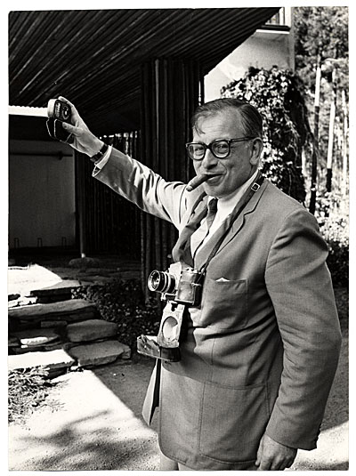 [Eero Saarinen taking photographs]