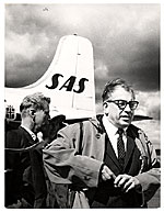 Eero Saarinen leaving a plane