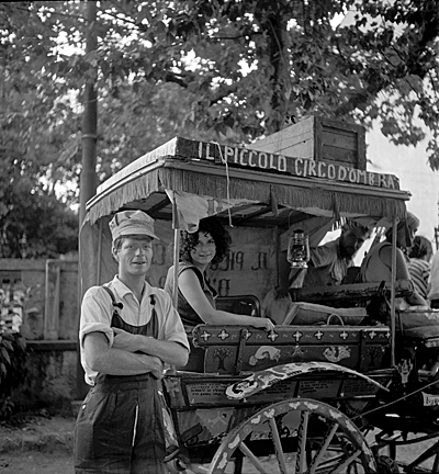 Red Grooms and Mimi Gross with their puppet wagon