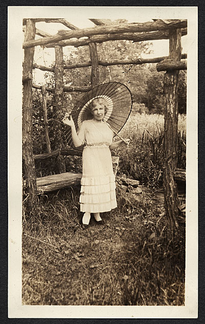[Bessie Potter Vonnoh with parasol]