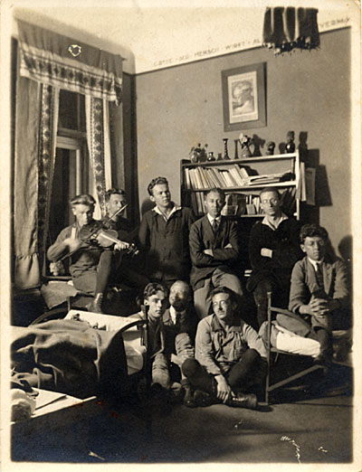 [Frans Wildenhain and other Bauhaus students]