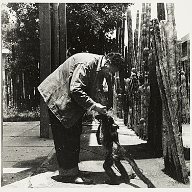 Diego Rivera with a spider monkey, 1941. Emmy Lou Packard papers, Archives of American Art, Smithsonian Institution.